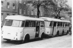 """Bild 10: Letzter Obuszug der DDR mit LOWA-Anhänger """"W701R"""", Übernahme aus Dresden 1976 in der Eisenbahnstraße (K. Reichenbach - Plauen)"""