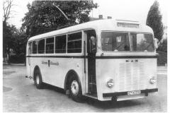 """Bild 2: MAN/SCHUMANN-Obus, ab 1940 an der Endhaltestelle Artilleriekaserne (Archiv - VEB Fahrzeugwerk """"Ernst Grube"""" Werdau)"""