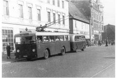 Bild 3: Kriegseinheits (KE)-Obus ab 1942 mit LINDNER-Anhänger, ab 1945 am Markt (W. Schreiner - Leipzig)