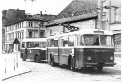 """Bild 6: SKODA-Obus """"8Tr"""", an 1958, mit LOWA-Anhänger """"W701"""", ab 1956, am Markt (K. Reichenbach - Plauen)"""