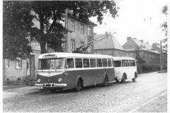 """Bild 7: SKODA-Obus """"9Tr/O"""", ab 1962 mit """"W701"""" an der Kreuzung Freienwalder-/Saarstraße (K. Reichenbach - Plauen)"""