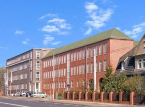 Das hintere Gebäude ist auch heute noch Verwaltungs- gebäude, das vordere ist vermietet, u.a. von der Industrie- und Handelskammer Frankfur (Oder). Foto W. Ebert